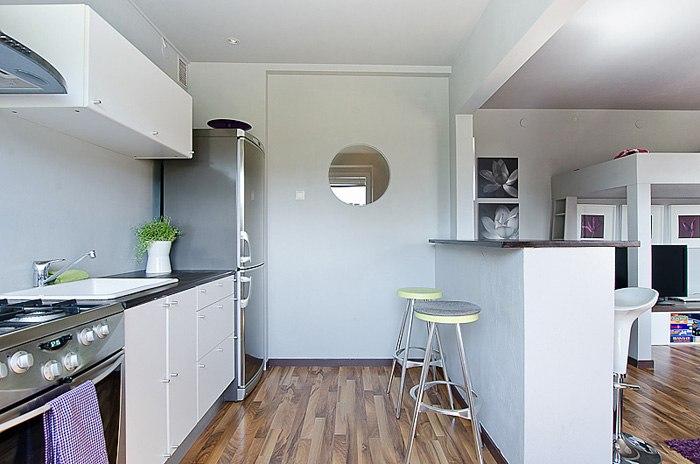 Квартира-студия 37 м с барной стойкой и кроватью-чердаком с ТВ-зоной внизу.