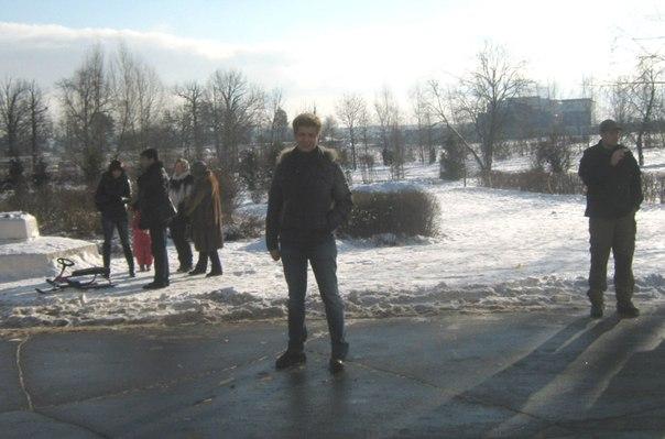 кандидат в депутаты Ушак возле входа в УИК 2035
