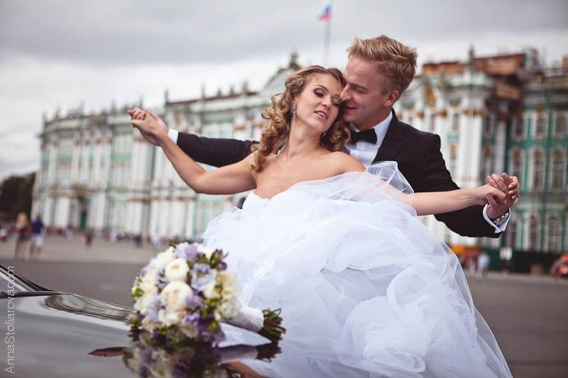 жених с невестой на прогулке по Дворцовой площади