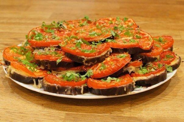 Баклажаны кружочками в духовке с сыром и помидорами.