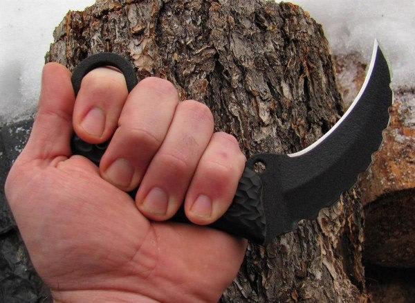 керамбит в руке