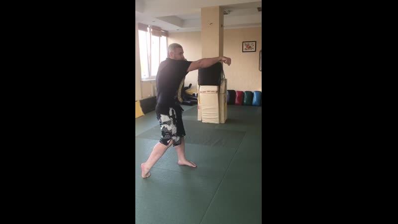 Атака двойкой и тройкой с уклоном на шаге и выходом на акцентированный удар.