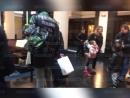 «Геи ещё здесь»— Филипп Киркоров приехал вПетербург вкуртке спровокационной надписью
