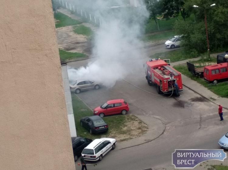 На ул. Орловской в Бресте на парковке загорелся автомобиль