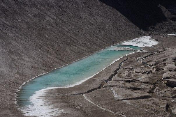 Озеро в кратере вулкана Мутновский. Камчатка.