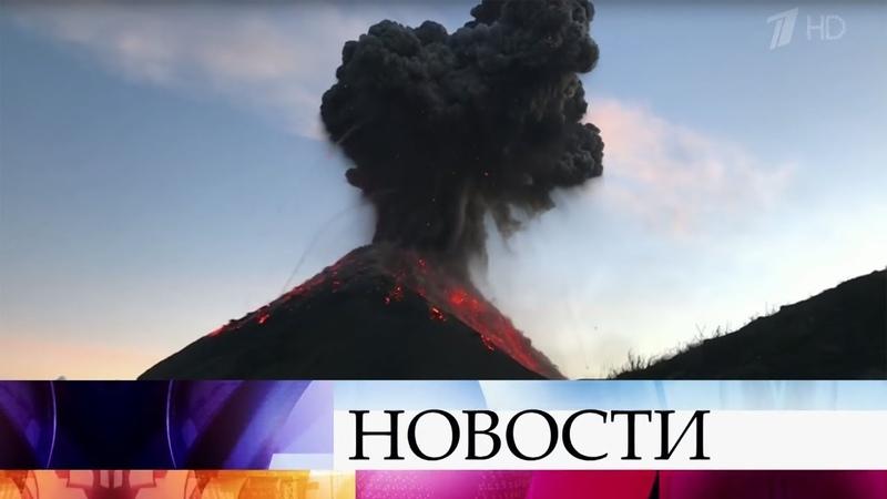 Вулкан Фуэго в Гватемале начал извергаться, когда группа туристов была недалеко от его жерла.