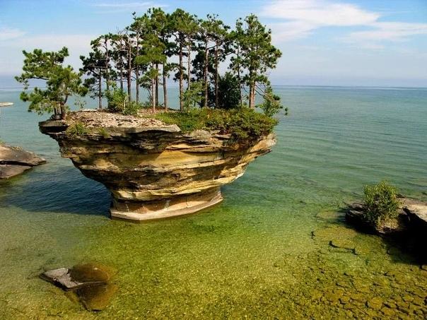 Удивительная скала озера Гурон Озеро Гурон находится в США и Канаде, и является одним из североамериканских Великих озер. Места рядом с озером необычайно красивы, однако больше всего туристы
