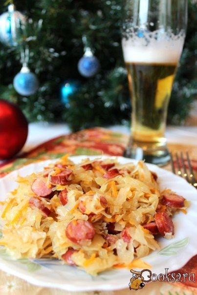 Одним из блюд, которые подают на новогодний стол в Германии является тушеная квашеная капуста с сосисками. Квашеная капуста считается целебным средством. По поверью, тот, кто ест кислую капусту на Новый год, будет весь год здоровым.