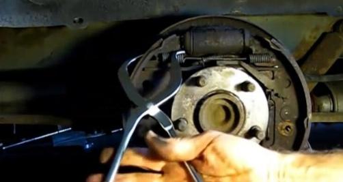 Специальные щипцы для установки тормозных пружин. 🔥 © alipab.ru.