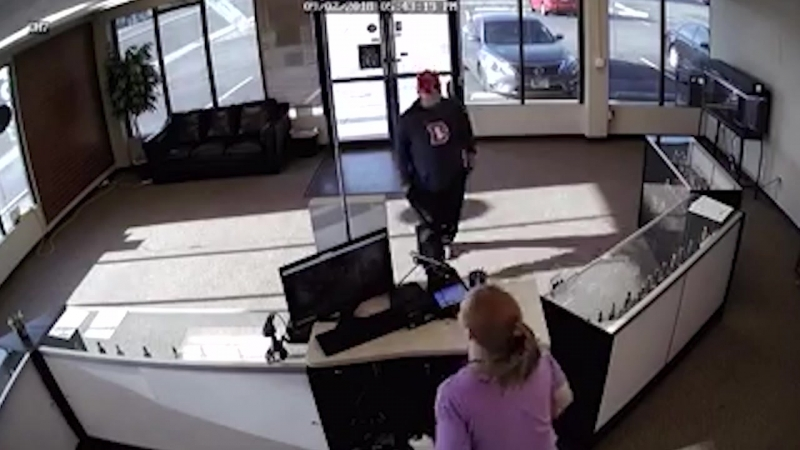 Рукожопый грабитель при попытке ограбить магазин » Freewka.com - Смотреть онлайн в хорощем качестве