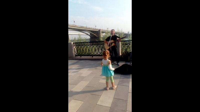 Чудо-девчуля танцует