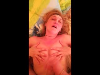 Ненасытная русская мамочка реально кайфует от члена в своих дырочках (порно минет milf )