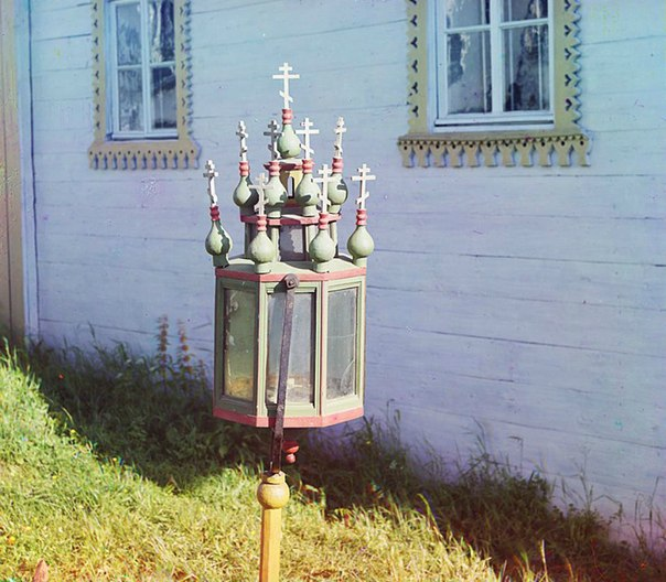 Церковный фонарь в селе Девятины, начало XX века. Автор снимка: С.М. Прокудин-Го...