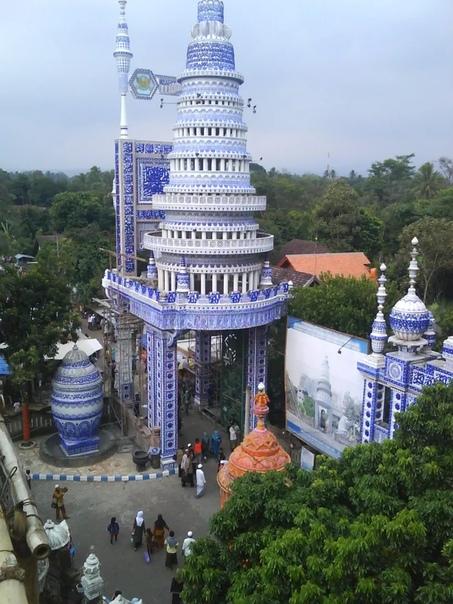 В Индонезии, в штате Маланг есть мечеть Тибан Реждо Турен, ее называют летающая мечеть