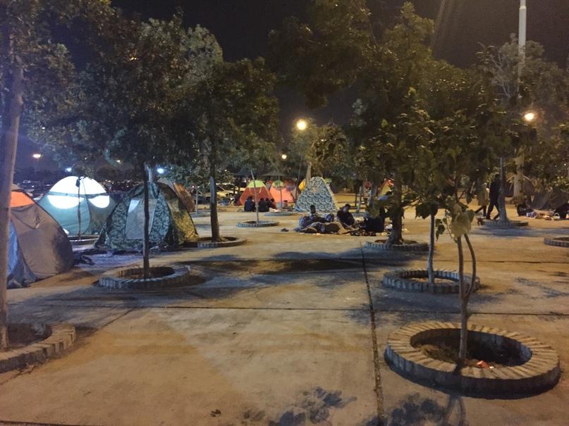 Новые открытия. Люди ночуют на территории мавзолея Имама Хомейни
