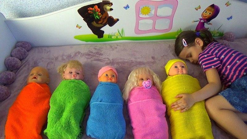 Аида как МАМА, играет с куклами пупсами . Утренняя рутина, песенка Finger family. Видео для детей.