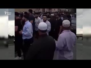 В Чечне траур. Десятки тысяч людей стекаются в село Гелдаган, чтобы почтить память Юсупа Темерханова, осуждённого за убийство по