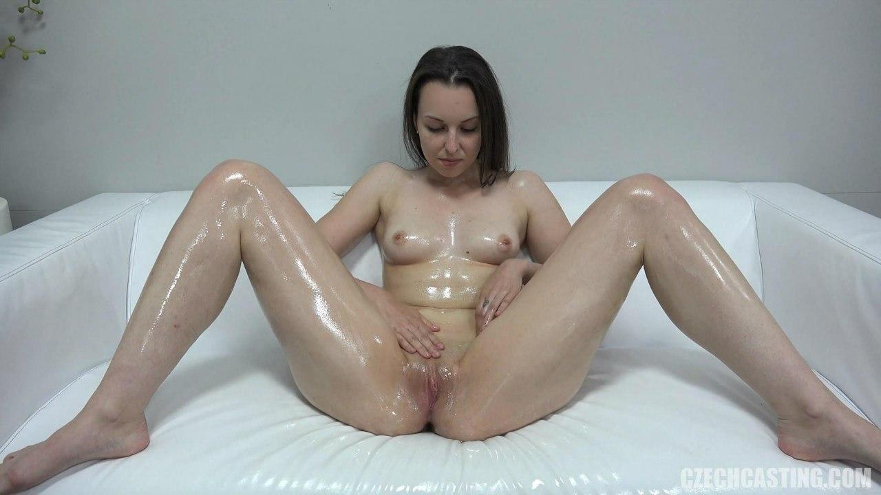 Красивая голая девушка мокрая в масле