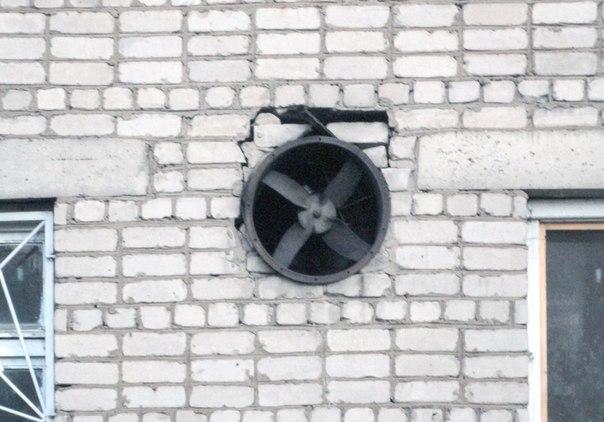 Вообще не понятная шутка. Кондиционер 80–х. Тут за лопастями сплошная стена. Что выдувал или задувал этот вертушок — не понятно.
