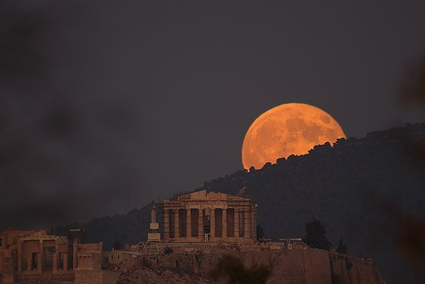 Снимок 2011 года. Луна над Парфеноном.