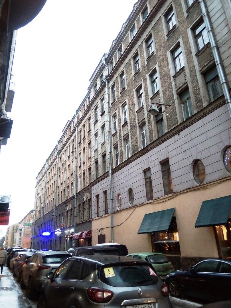 Просторная комната с двумя окнами, в Петроградском районе. D-r3cZWUl7E