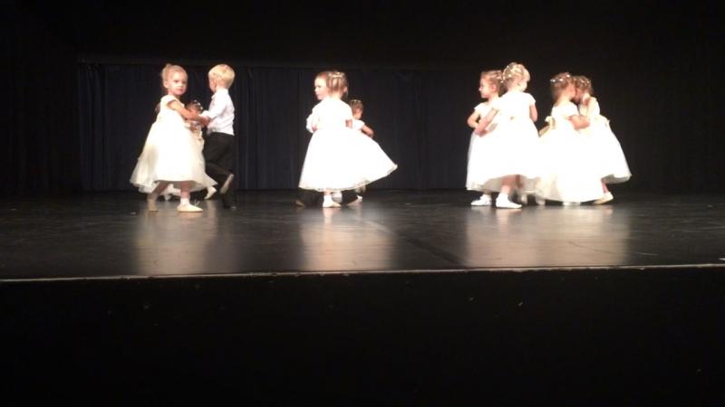 Эмили выступает первый раз на сцене