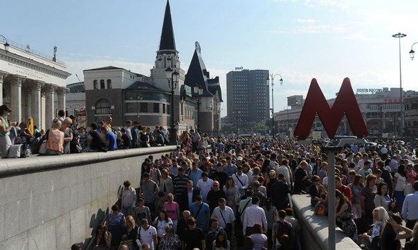 Если смотреть на Москву с точки зрения туриста или просто человека, которому дорога эстетика, то мы увидим ужасное зрелище. Когда в Москву хлынул поток людей, её начали строить в экстренном порядке так, что она стала неудобной для всех.