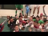 Молодежь Аякса купается в бассейне