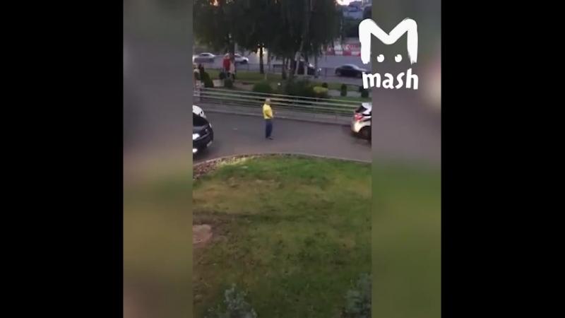 В Чебоксарах местный блогер решил поугарать и перегородил выезд из Макдональдса, чтобы снять смешное видео для блога