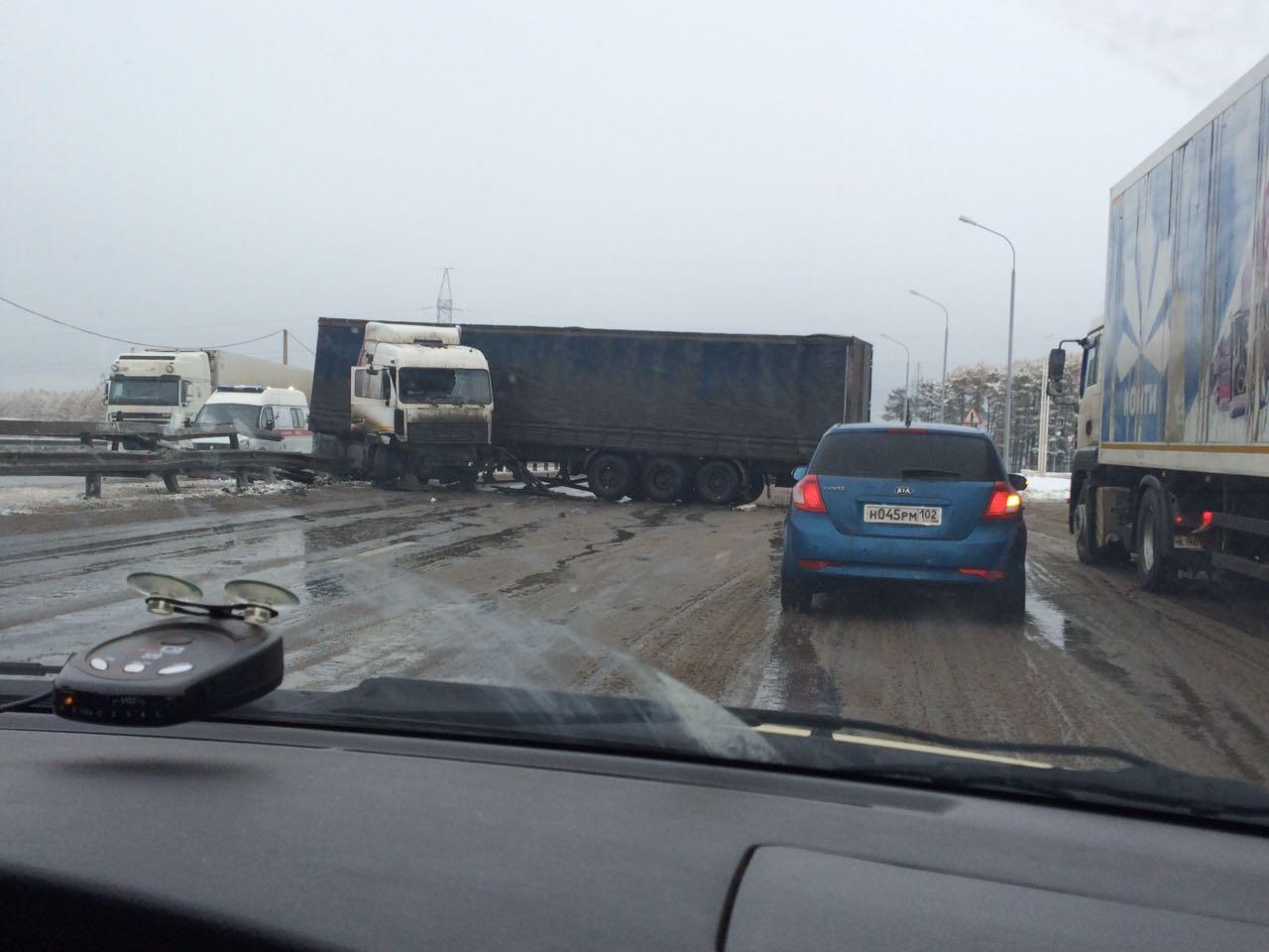 Фото: под Уфой на трассе М5 фура снесла ограждение, образовалась пробка