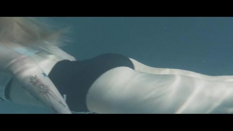 Красивая девочка в купальнике плавает секси (не порно, не инцест,не минет, не анал, не сквирт)