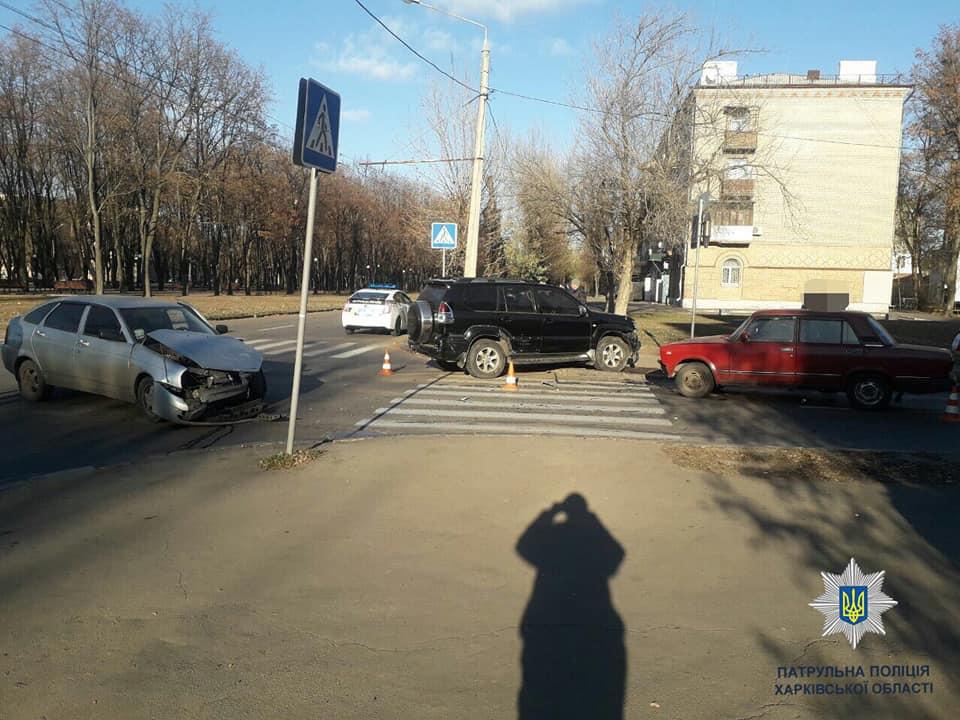 В Харькове на ХТЗ столкнулись внедорожник и легковушки (фото)