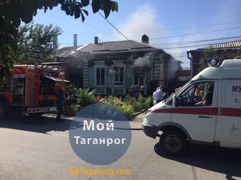 В центре Таганрога горел частный жилой дом. Видео