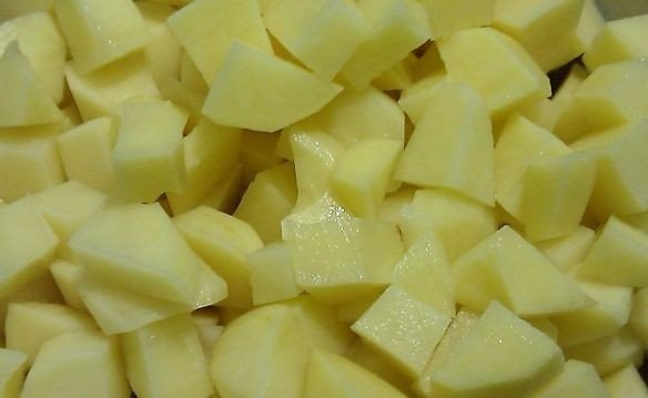 овощное рагу что нужно: картофель 8 шт.морковь 2 шт.лук 6 шт.капуста 200-300 гконсервированная кукуруза 1 банкапомидор 4 шт.соленые огурцы 1-2 шт.соль и смесь перцев по вкусупетрушка сушеная 1