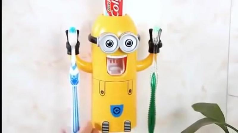 Автоматический дозатор для зубной пасты с держателем для щеток (Миньоны)