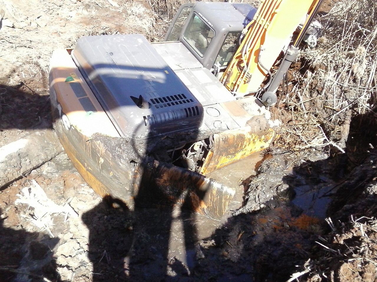 В Таганроге на территории Кожевенного завода в грязи утопает экскаватор CASE CX290B