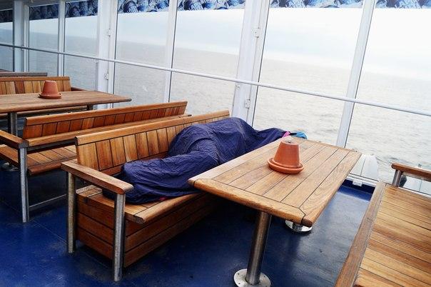 Сон на корабле в спальном мешке
