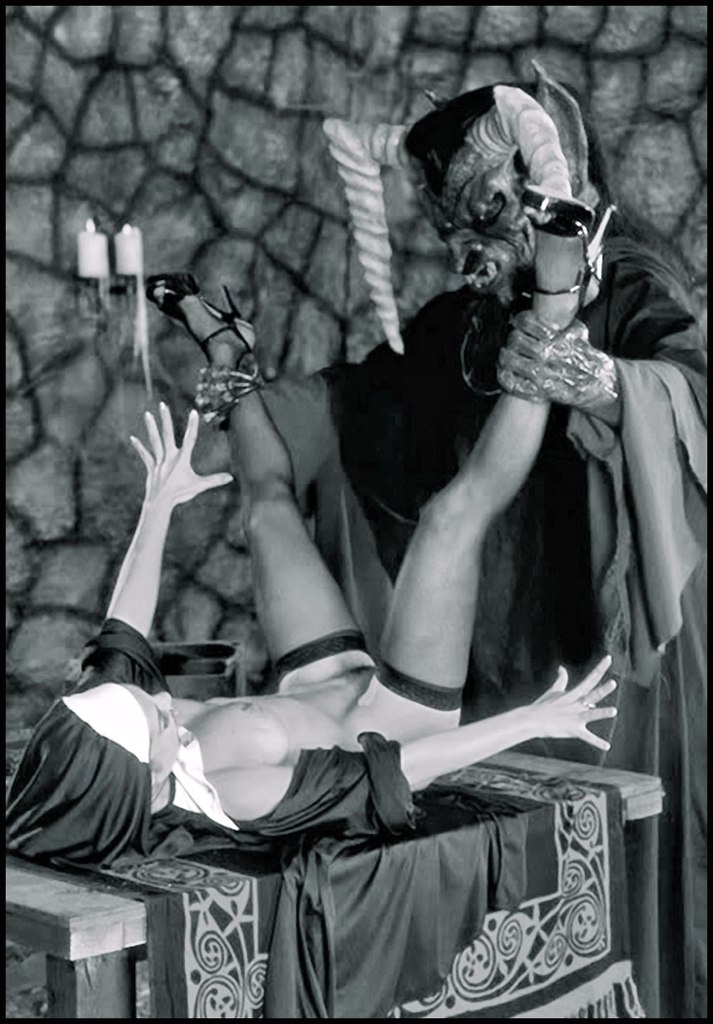 гадалка - культ Сатаны. Сатана. Дьявол. Люцифер ( фото, видео, демотиваторы, картинки) - Страница 3 TAA6BmT88o8