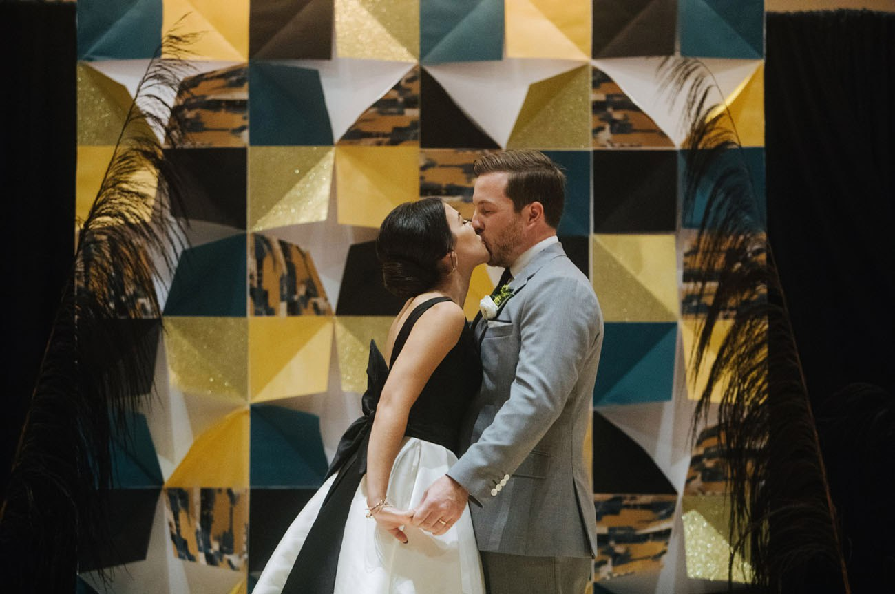 Романтическая встреча в аэропорту Парижа. Удивительные и трогательные фотографии с реальных свадеб на сайте ведущего. Ведущий на свадьбу в Волгограде - Павел Июльский. +7(937)-727-25-75 и +7(937)-555-20-20