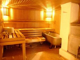 """Традиционная баня  """"по-белому """" - это знакомая большинству парилка.  Источник иллюстрации: www.medkarta.ru)."""