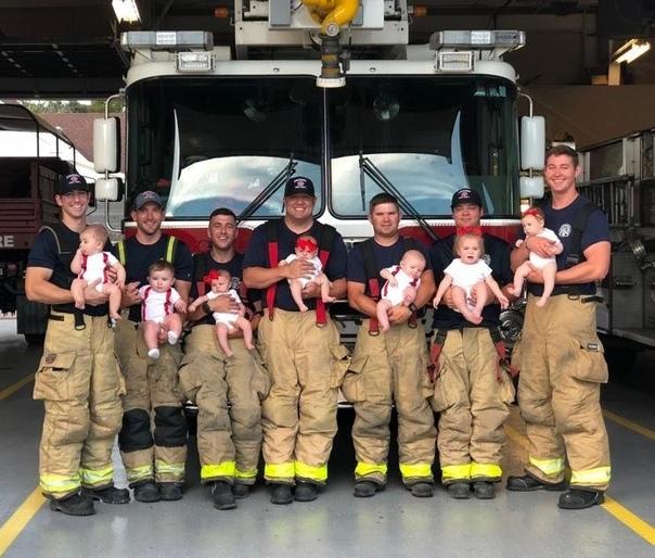 В США 7 жен пожарных из одной части забеременели и родили одновременно!