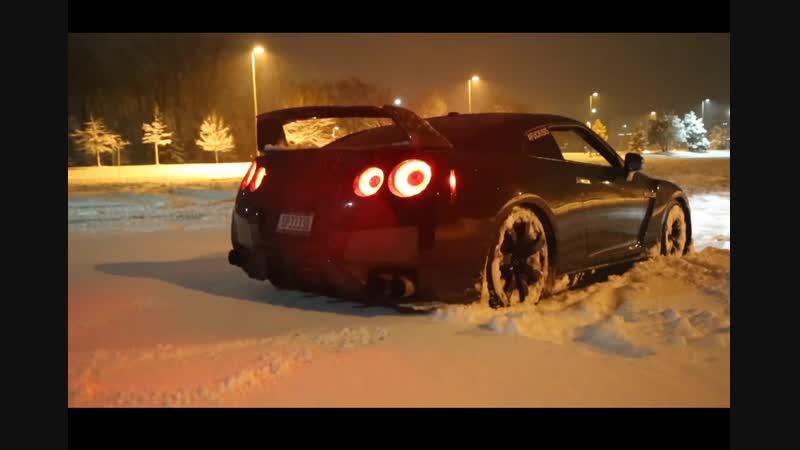 ComboAutoVaz 15 Nissan GT-R резвится в снегу