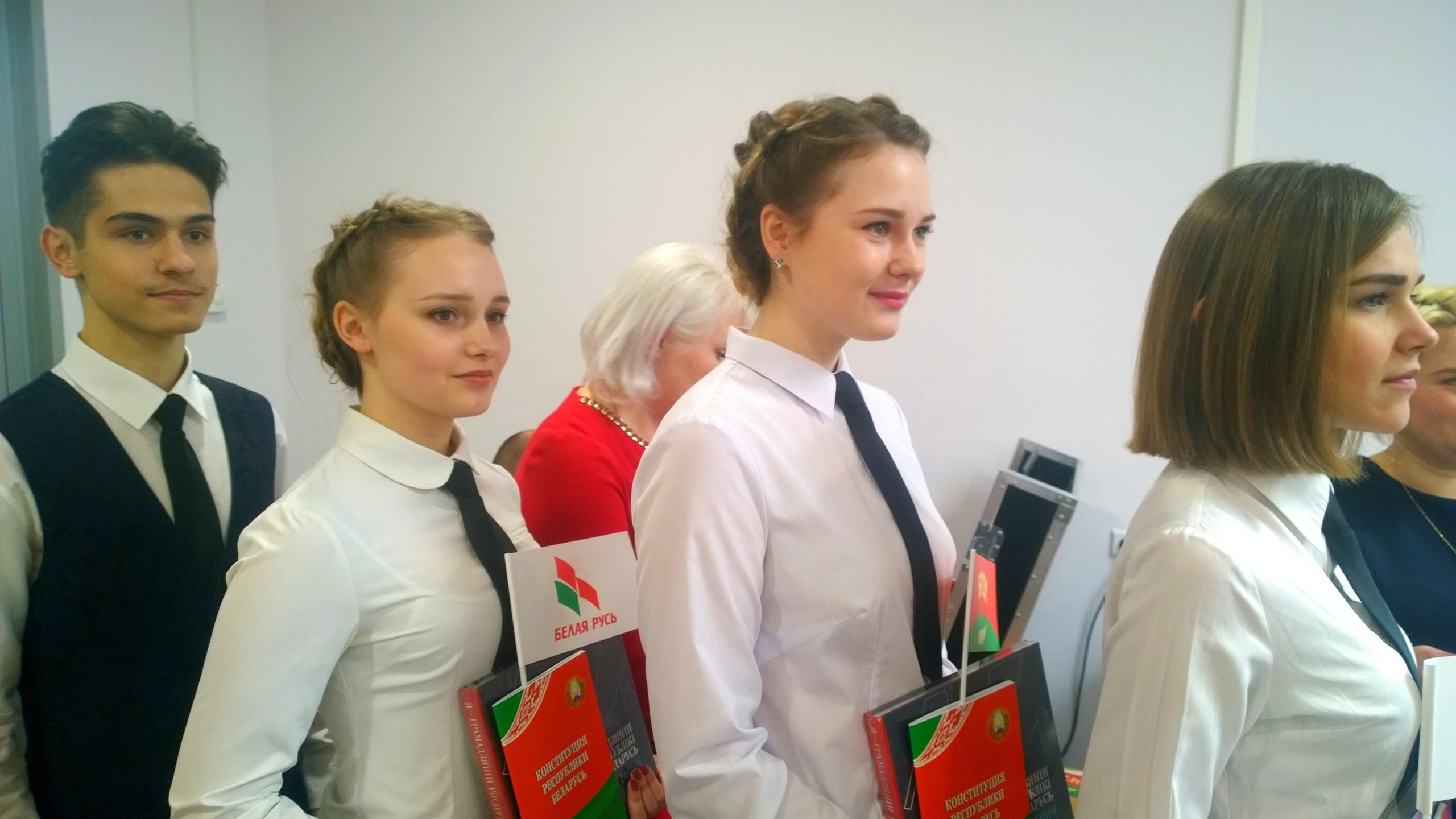 Фотофакт. Борисовские школьники в День Конституции получили первые паспорта 2
