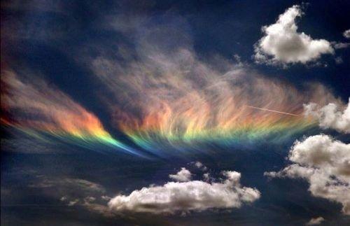 Иризацию можно увидеть — на верхней части кучево-дождевых облаков на так называемой вуали или наковальне предвещают о скором ухудшении погоды.