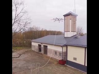Инженерам латвийской компании Aerones пришлось разработать дрон для борьбы с пожарами и спасения утопающих.