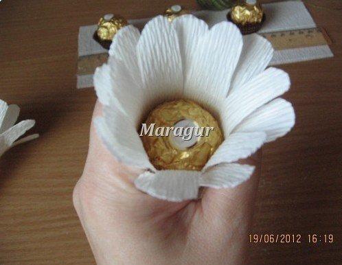 Ромашки с конфетой из гофрированной бумаги своими