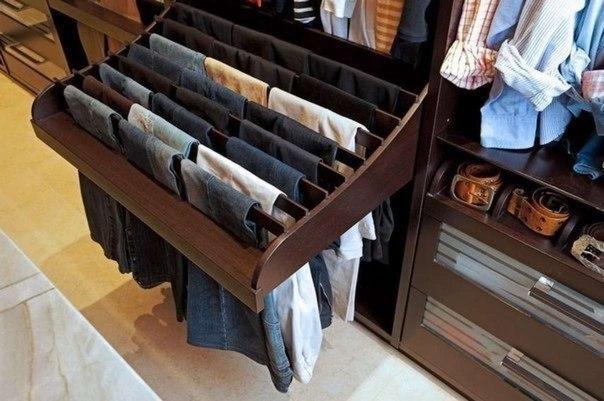 Как правильно хранить брюки в шкафу (1 фото)