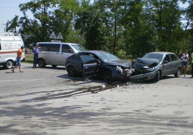 Под Таганрогом 26-летняя женщина-водитель Lada Kalina столкнулась с Ford Focus, пострадали три человека