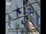 В Краснодаре спасатели с боем спустили на землю пьяного голого мужика