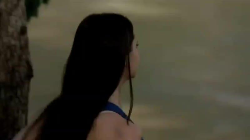 Деймон кинул Елену в воду ^^